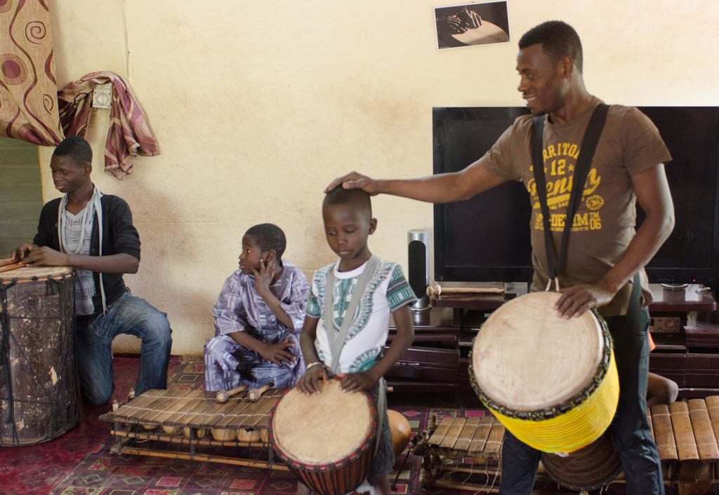 Adama Diarra and young musicians (Eyre 2016)