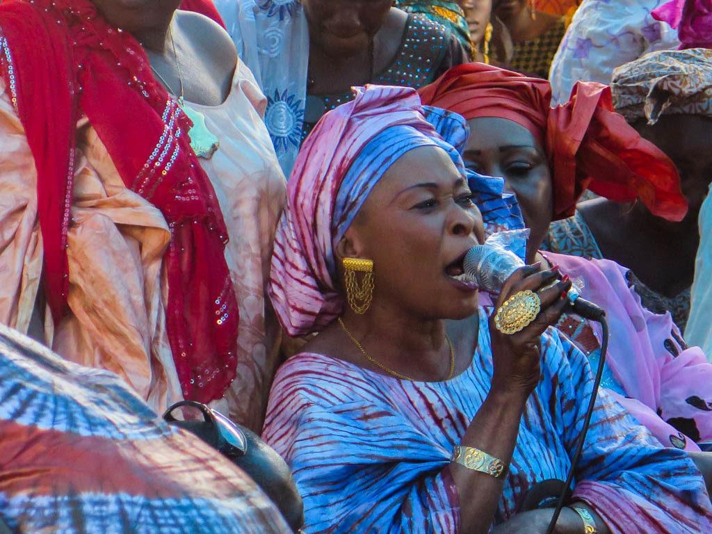 A jelimuso singing at a Bamako sumu (Eyre 2016)
